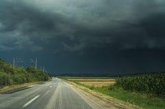 Пустые дорога и небо шторма стоковое изображение