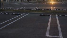 Пустые парковки сняли в замедленном движении 80 во время золотого захо акции видеоматериалы
