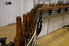Пустые пивные бутылки, на конвейерной ленте, Binding винзавод Стоковое Фото