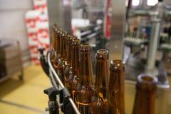 Пустые пивные бутылки, на конвейерной ленте, Binding винзавод Стоковая Фотография