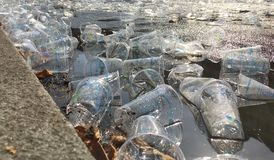 Пустые пластиковые чашки засаривая улицу во время марафона стоковое изображение rf