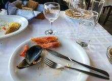 Пустые плиты с обмылками еды после обеда Стоковая Фотография