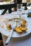 Пустые плиты с обмылками еды после обеда Стоковые Изображения