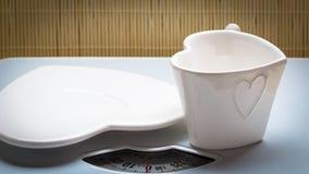 Пустые поддонник плиты и чашка кружки на веся масштабе Стоковая Фотография
