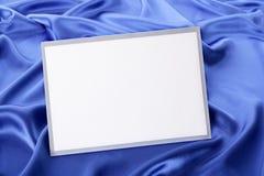 Пустые поздравительная открытка или приглашение рождества с голубой предпосылкой сатинировки стоковое фото
