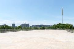 Пустые пол и городской пейзаж кирпича стоковое фото rf