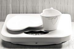 Пустые поддонник плиты и чашка кружки на веся масштабе Стоковое Изображение RF