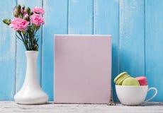 Пустые плакат, цветки и macarons в чашке Стоковые Изображения