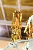 Пустые пластичные бутылки ЛЮБИМЧИКА в машине завалки Стоковые Фотографии RF