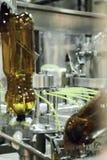 Пустые пластичные бутылки ЛЮБИМЧИКА в машине завалки Стоковая Фотография
