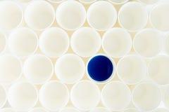 Пустые пластичные чашки и одно с голубой краской Стоковое Изображение RF