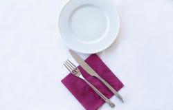 Пустые плита, вилка и нож на белизне Стоковые Изображения RF