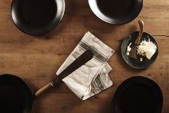 Пустые плиты с ножом и сыр пармесаном Стоковые Изображения