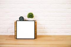 Пустые рамка, часы и цветок стоковые изображения