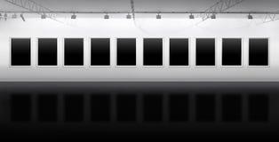 Пустые рамки вися в галерее для выставки Стоковое Изображение RF