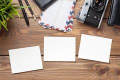 Пустые рамки, камера и поставки фото на таблице Стоковое Изображение