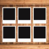 Пустые рамки фото на деревянной предпосылке Стоковое фото RF