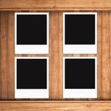 Пустые рамки фото на деревянной предпосылке Стоковое Изображение RF