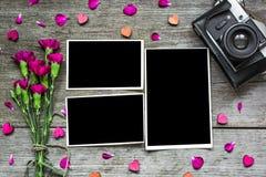 Пустые рамки фото с винтажной ретро камерой и фиолетовыми цветками Стоковая Фотография RF