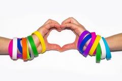 Пустые резиновые wristbands на руке запястья руки Рука носки браслета моды силикона круглая социальная Диапазон единства Стоковые Фотографии RF