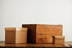 Пустые рифлёные картонные коробки с винтажной деревянной коробкой Стоковые Фотографии RF