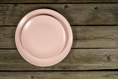 Пустые розовые плиты на деревенской деревянной предпосылке стоковые изображения rf