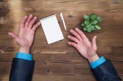 Пустые руки блокнота и бизнесмена на столе офиса ставят предпосылку на обсуждение Стоковые Изображения RF