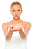 пустые руки представляя что-то детенышей женщины Стоковое фото RF
