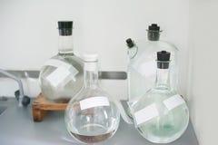 Пустые склянки Оборудование анализа лаборатории Химическая лаборатория, пробирки стеклоизделия стоковое изображение rf