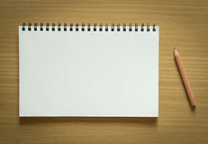 Пустые спиральная тетрадь и карандаш Стоковое Изображение