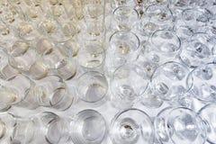Пустые стекла аранжированные в взгляд сверху строк стоковые фотографии rf