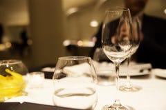 Пустые стекла для вина и воды на таблице в ресторане Стоковое Изображение