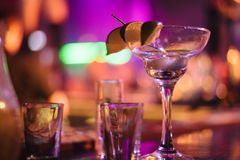 Пустые стекла на таблице в ночном клубе или ресторане, крупном плане Стоковые Фото