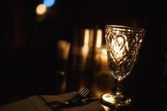 Пустые стекла на таблице в ночном клубе или ресторане, крупном плане Стоковое фото RF