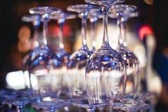 Пустые стекла на таблице в ночном клубе или ресторане, крупном плане Стоковое Изображение