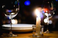 Пустые стекла на таблице в ночном клубе или ресторане, крупном плане Стоковая Фотография