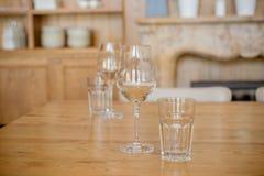 пустые стекла Прозрачные чистые стекла и бокалы аранжировали на деревянном столе в ресторане или баре Ресторан Стоковая Фотография