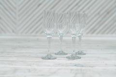 Пустые стекла стоят на белой деревянной предпосылке Стоковые Фотографии RF