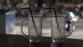 Пустые стекла с трубкой в ресторане кафа, обедающим, питьем, элегантным, beerglass, таблица, акции видеоматериалы