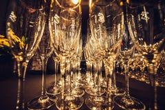 Пустые стекла шампанского в строке на выравнивать партию события ждать гостей стоковое фото rf