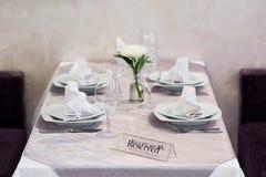 Пустые стекла и блюда установили в внутренний новый роскошный ресторан с покрытыми таблицами Стоковая Фотография RF