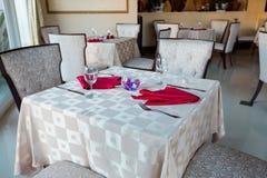 Пустые стекла и блюда установили в внутренний новый роскошный ресторан с покрытыми таблицами Стоковые Изображения RF