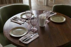 Пустые стекла и блюда установленные в ресторан стоковое фото rf