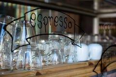 Пустые стекла на баре кладут на полку в кофейне Стоковая Фотография