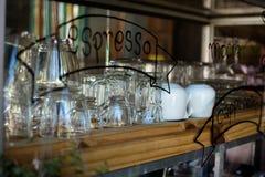 Пустые стекла на баре кладут на полку в кофейне Стоковые Фотографии RF