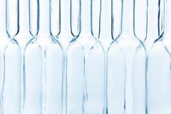 Пустые стеклянные бутылки аранжировали моду доски Стоковое Изображение