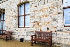 Пустые стенды на старой каменной стене в Бермудских Островах Стоковые Фотографии RF
