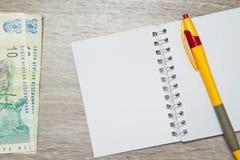 Пустые страница и ручка тетради с южно-африканским рандом Стоковое Изображение RF