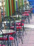 Пустые стулья и таблицы во дне осени кафа патио стоковое фото rf