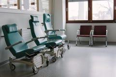Пустые стулья в больнице. Стоковая Фотография RF